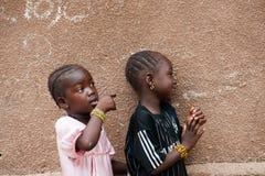 Czarnych Afrykanów dzieci żyje w obszarze wiejskim obrazy royalty free