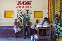 Czarnych Afrykanów ludzie bierze odpoczynku inside autobusową przerwę w Namibia Obraz Stock