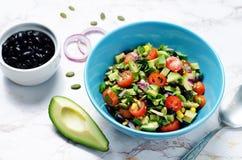 Czarnych fasoli avocado czerwonej cebuli kukurydzana pomidorowa sałatka z wapna dressi Zdjęcie Royalty Free