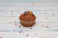 Czarnych jagod babeczki na bia?ej teksturze lub muffins zdjęcie stock