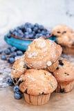 Czarnych jagod Muffins i Świeże jagody Fotografia Royalty Free