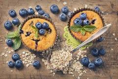 Czarnych jagod muffins z owsów płatkami Fotografia Stock