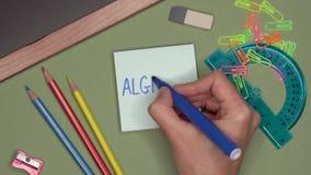 czarnych tła pojęcia do copyspace książek Kobiety ręka pisze algebrze na notepad zdjęcie wideo
