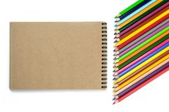 czarnych t?a poj?cia do copyspace ksi??ek Barwioni ołówki, notatniki na brązie i beżu tło, Projekta pojęcie - Odgórny widok notat obrazy royalty free