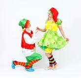 Czarodziejki karłowata dziewczyna i jej elfa przyjaciel na bielu Fotografia Royalty Free