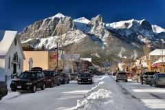 Czarodziejska biała mroźna sceneria w małym halnym miasteczku Zdjęcia Royalty Free