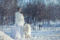 Czarodziejska dziewczyna z białym psem Fotografia Royalty Free