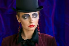 Czarodziejska teatralnie sztuka makijażu dziewczyna w kapeluszowej butli na purpurowym tle Obrazy Royalty Free