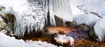 Czarodziejski strumień z barwionymi kamieniami i obwieszenie soplami, tęcza Spada, Rosja, długa panorama fotografia royalty free