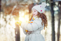 Czarodziejski zima portret dziewczyna z słońcem w jego ręki Zdjęcia Royalty Free