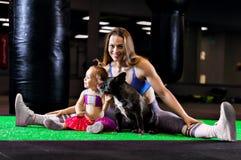 Czarować bawi się mama pociągi w gym z jej małą córką a Zdjęcie Stock