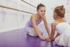 Czarować dwa młodej baleriny ćwiczy przy balet klasą obrazy stock