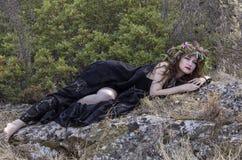 Czarownic kobiety podczas Halloween w lesie Zdjęcie Stock