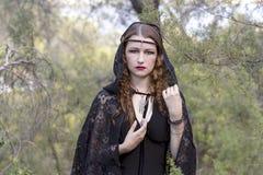 Czarownic kobiety podczas Halloween w lesie Zdjęcia Royalty Free