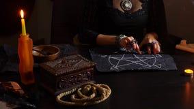 Czarownica jest pomyślności narratorem z świeczki zakończeniem Magiczny rytuał wróżba Halloween, 4k, zwolnione tempo zbiory