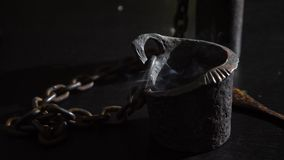 Czarownica jest pomyślności narratorem z świeczki zakończeniem Magiczny rytuał wróżba Halloween, 4k, zwolnione tempo zbiory wideo