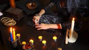 Czarownica jest pomyślności narratorem z świeczki zakończeniem Magiczny rytuał wróżba Halloween, 4k, zwolnione tempo zdjęcie wideo