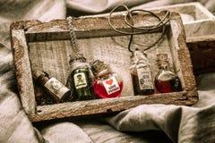 Czarownica napój miłosny w szklanych naczyniach Rocznik fotografia stock