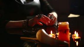Czarownica - pomyślność narrator z świeczki zamknięty up magiczny rytuał wróżba zbiory