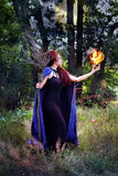 Czarownica trzyma kulę ognistą Obrazy Stock