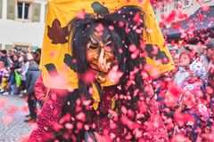 Czarownica z długie włosy rzutów czerwonymi confetti w powietrzu Uliczny karnawał w południowym Niemcy - Czarny las obrazy royalty free