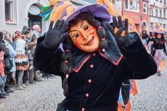 Czarownica z dużym kapeluszowym falowaniem z oba rękami zdjęcia stock