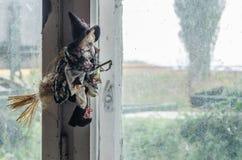 czarownicy lala przy okno obrazy stock