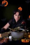 Czarownicy mienia struty jabłko przy Halloween Fotografia Stock