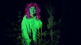 Czarownicy zieleni stojaki w lasowym poroślu przy nocą zbiory wideo