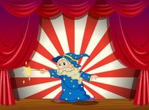 Czarownik z różdżką po środku sceny Zdjęcia Royalty Free