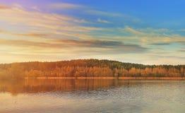 Czarowny krajobraz natura na jeziorze przy zmierzchem obraz royalty free