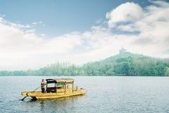 Czarowny Zachodni jezioro w ranku mglistym obraz stock