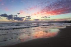 Czarowny zmierzch Burzy morze z wysokimi falami Niewiarygodny b??kit, menchia, pomara?czowi kolory niebo odbija na mokrym piasku obrazy royalty free