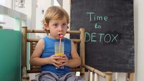 CZAS DETOX kredy inskrypcja Chłopiec jest pić świeży, zdrowy, detox napój robić od owoc Owocowy potrząśnięcie, świeży sok, mleko zbiory wideo