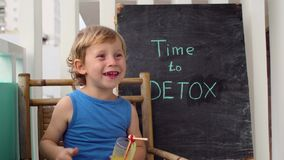 CZAS DETOX kredy inskrypcja Chłopiec jest pić świeży, zdrowy, detox napój robić od owoc Owocowy potrząśnięcie, świeży sok, mleko zbiory