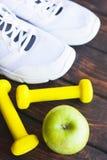 Czas dla dieta ciężaru straty odchudzającego pojęcia Bawi się sprawność fizyczną, jabłka, sneakers, butelki woda i kolorów żółtyc fotografia royalty free