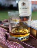 Czas dla napoju - szkło whisky na ogrodowym stole Obraz Royalty Free