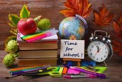 Czas dla szkolnego pojęcia na drewnianym tle zdjęcia royalty free