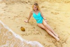 Czas dla wakacje Atrakcyjny dziewczyny obsiadanie na piaskowatej plaży blisko koksu i kipieli zdjęcia stock