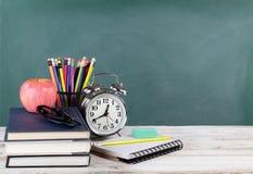 Czas dla z powrotem szkoły pojęcie wliczając książek i materiały dostaw z zielonym chalkboard w tle fotografia royalty free
