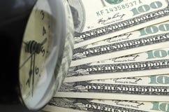 Czas jest pieniądze Budzik i dolary obraz royalty free