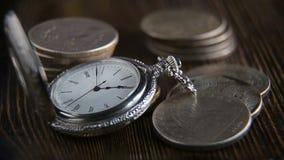 Czas jest pieniądze - kieszeniowy zegarek na tle sto dolarowych rachunków zbiory