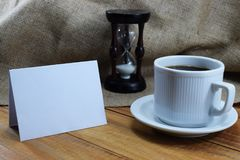 Czas kawa, kawowy kubek na stole i miejsce dla pisać, Fotografia Royalty Free