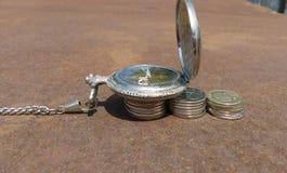 Czas, kieszeniowy zegarek, pieniądze, sukces, biznes, monety, praca, przedsiębiorczość, czas jest pieniądze Obrazy Stock