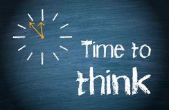 Czas myśleć - biznesowego pojęcie z zegarem i tekstem zdjęcie royalty free