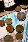 Czas pieni?dze poj?ciem jest Ręka pieniądze i zegarek z całego świata fotografia royalty free