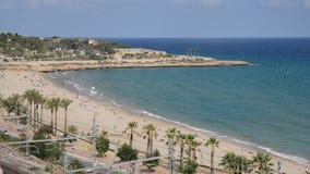 Czas rzeczywisty unidentifiable sunbathers przy cud plażą w Tarragona, Hiszpania na idylliczny Costa Daurada znaczyć Złoty zdjęcie wideo