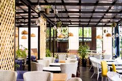 czas wolny, ludzie i usługowy pojęcie, - wnętrze restauracja zdjęcie royalty free