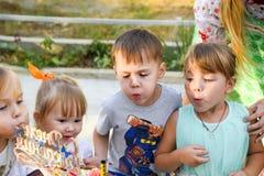 Czas wolny preschool dzieci Animatorzy przy children partyjni Postępuje i rozwija gry dla dzieci zdjęcie royalty free