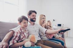 Czas wolny wpólnie Szczęśliwy rodzina składająca się z czterech osób cieszy się w domu Smal zdjęcia stock